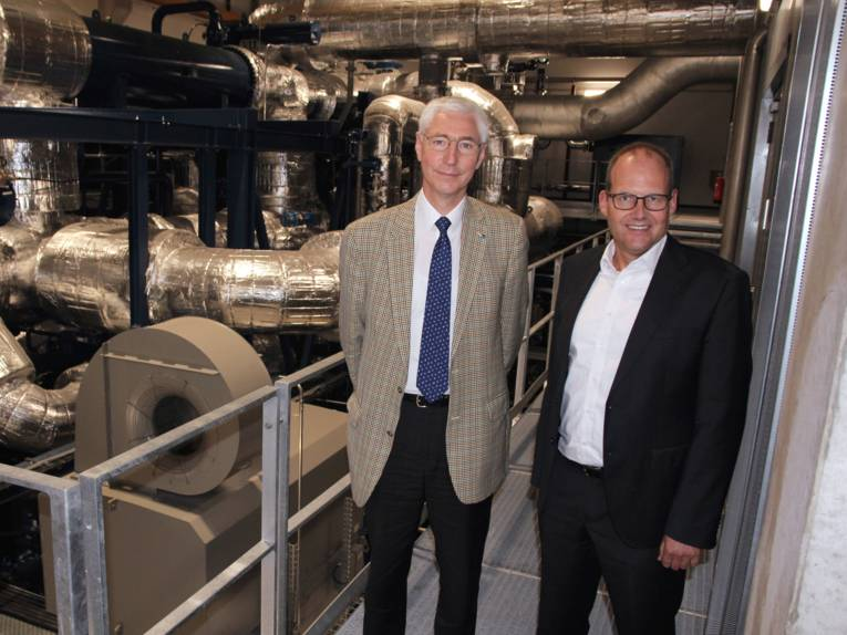 Zwei Männer stehen in einer technischen Anlage.
