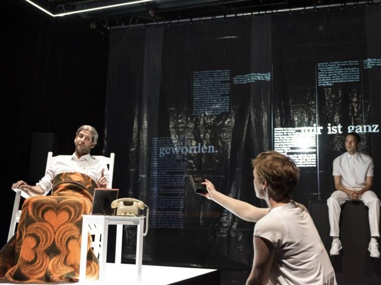 Drei Männer auf einer Bühne