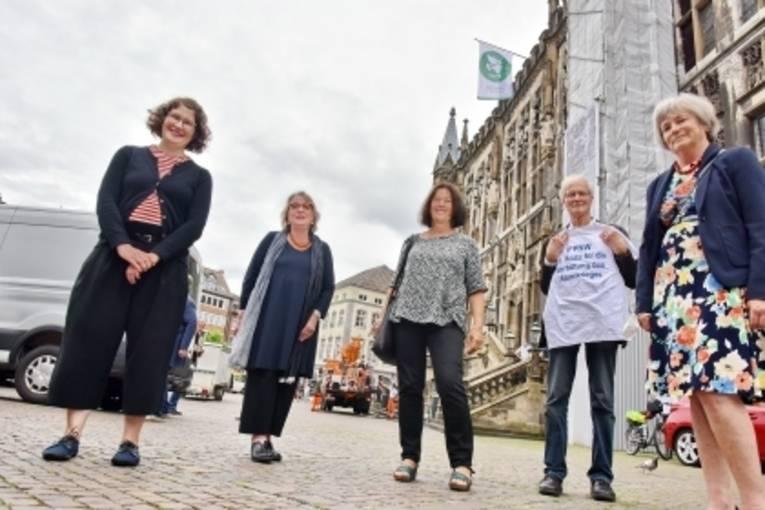 Die Mayors for Peace Flagge wird in der Stadt Aachen gehisst
