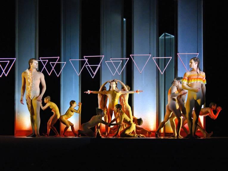 Zwölf Personen tanzen auf einer Bühne