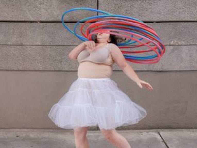Eine Frau mit Hula-Hoop-Reifen um den Hals