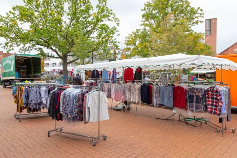 Kleidungsstücke an einem Wochenmarkt-Stand.