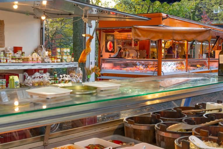 Marktstände auf dem Wochenmarkt Zoo.