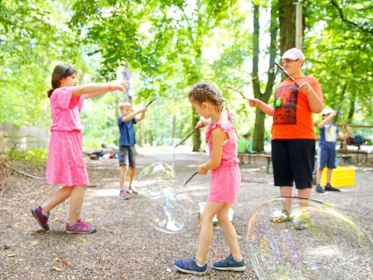 Kinder machen Riesenseifenblasen