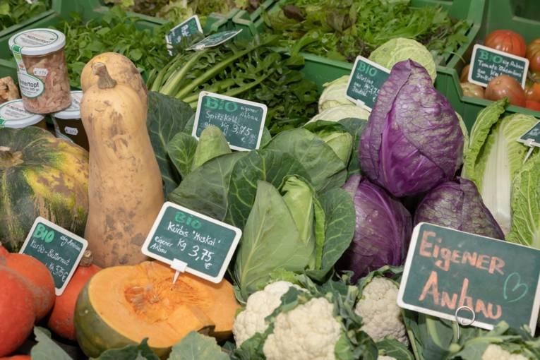 Frisches Gemüse auf einem Marktstand