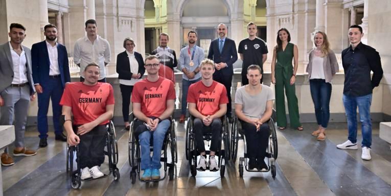Die Olympia- und Paralympicsteilnehmer*innen zusammen mit OB Onay im Neuen Rathaus.