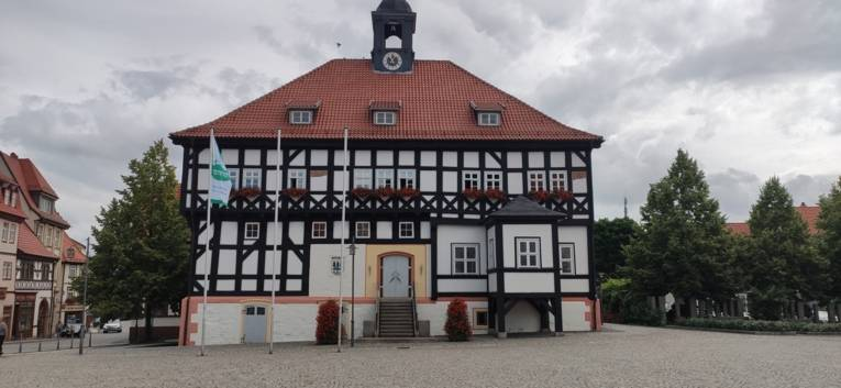 Die Mayors for Peace Flagge hängt vor der Stadtverwaltung Waltershausen