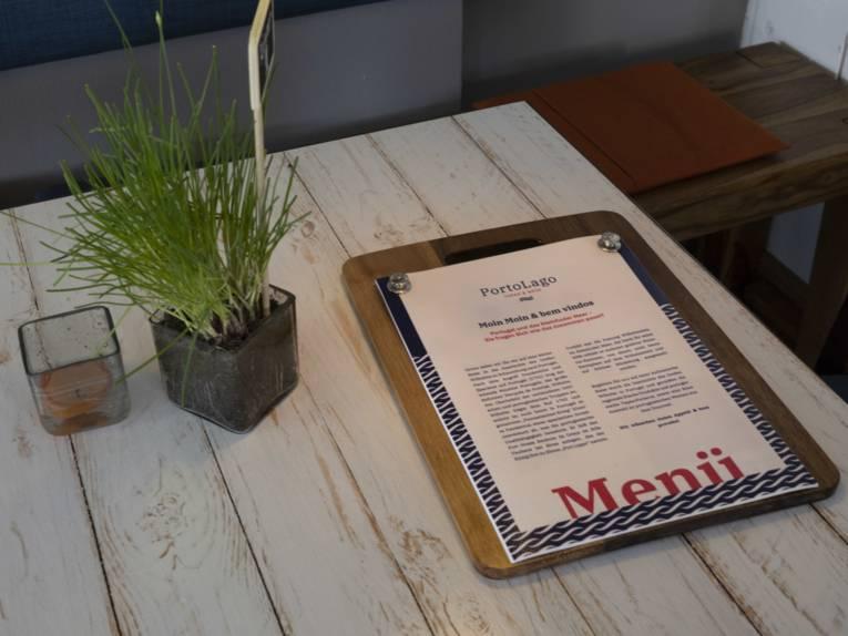 Speisekarte auf einem weiß lasierten Holztisch