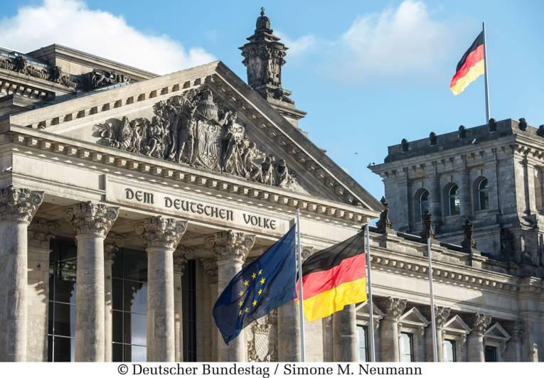 Flaggen wehen vor dem Reichstagsgebäude, Außenansicht Westfront.