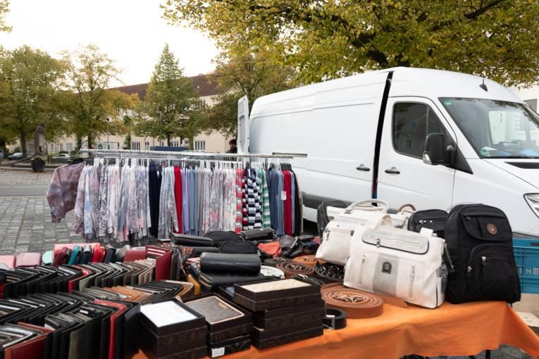 Ein Marktstand, auf dem Portemonnaies, Gürtel, Taschen und ähnliches angeboten werden.