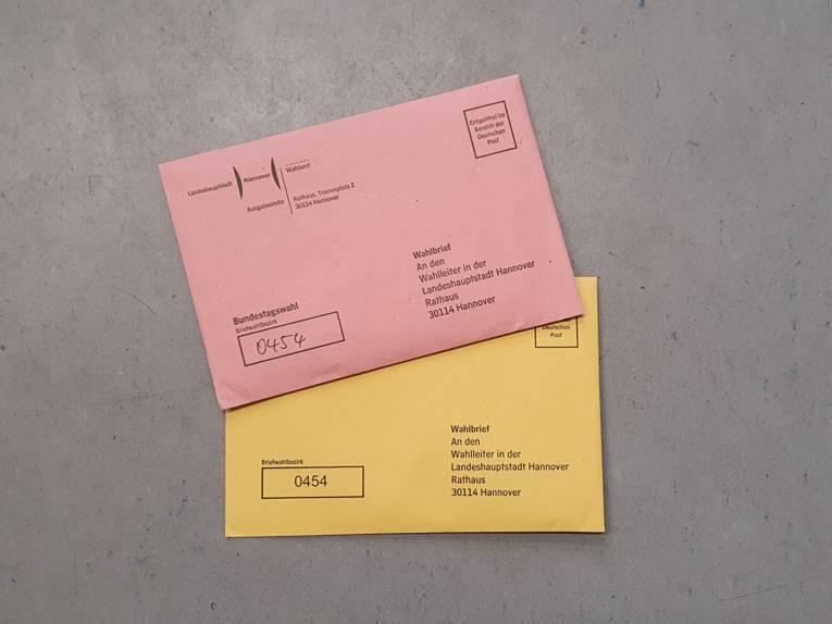 Zwei Wahlbriefe vor grauem Hintergrund