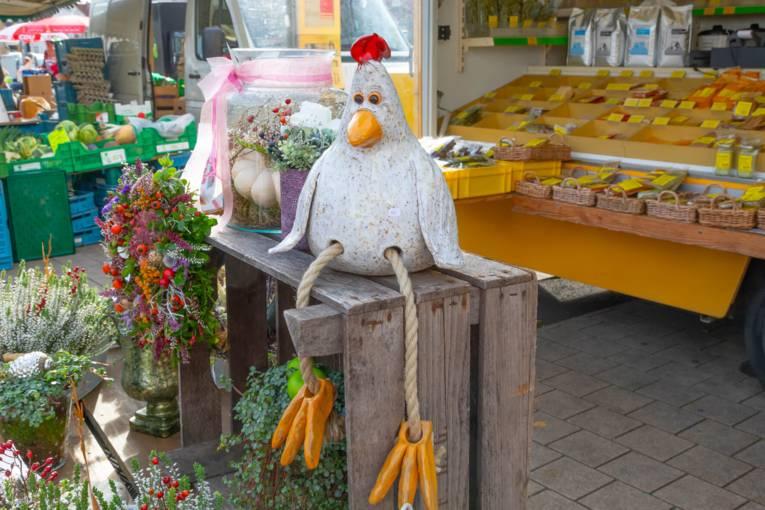 Dekoartikel, die auf dem Wochenmarkt Herrenhausen zum Verkauf angeboten werden.