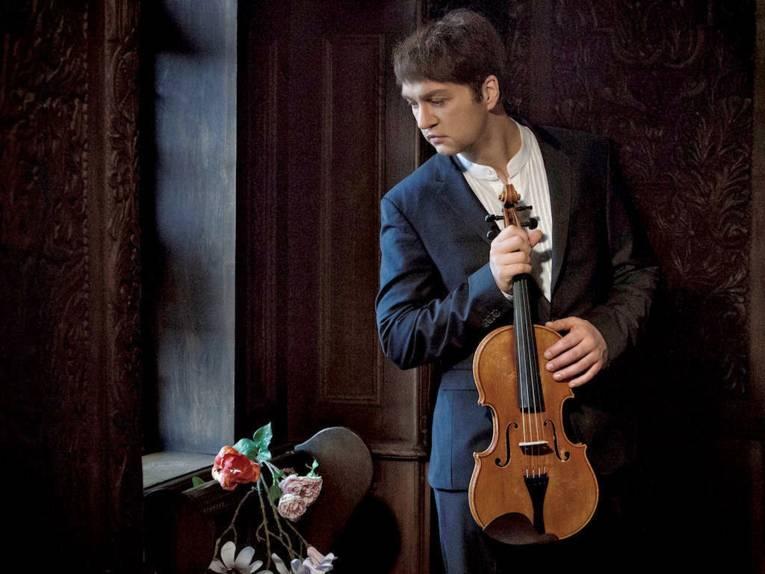 Mann mit Streichinstrument