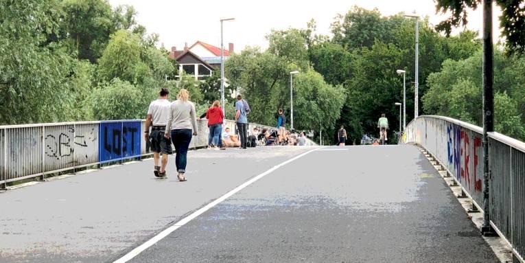 Menschen auf einer Brücke.