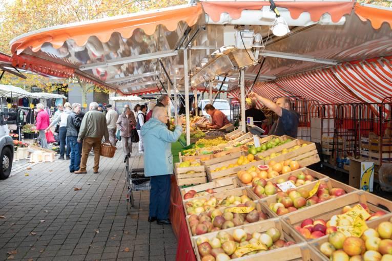 Viele Menschen besuchen den Wochenmarkt