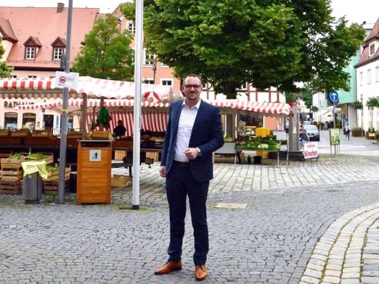 Der Schwabacher Oberbürgermeister Peter Reiß hisst die Bündnisfahne auf dem Marktplatz
