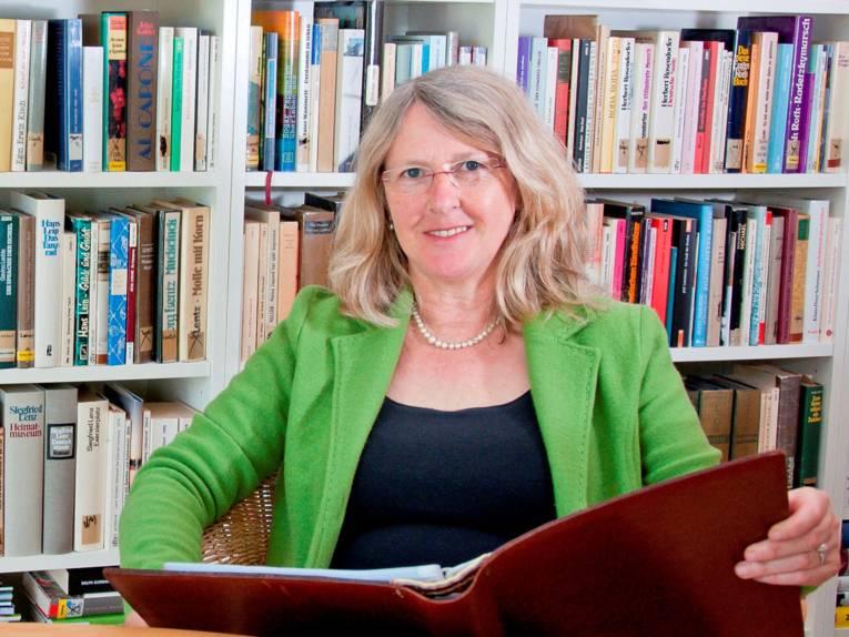 Marie Dettmer ist literarische Komponistin und Rezitatorin.