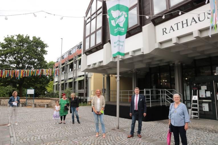 Die ehemalige Gemeinderätin Heidemarie Leins, Oberbürgermeister Martin Wolff und die Landtagsabgeordnete Andrea Schwarz (Die Grünen) wohnten dem Flaggentag der Mayors for Peace bei.