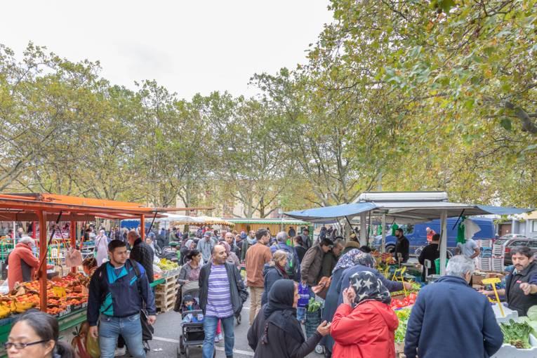 Viele Menschen bei ihrem Einkaufsbummel über den Wochenmarkt Mitte.