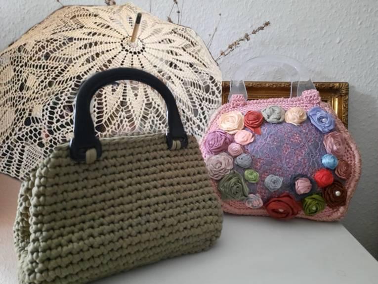 Sonnenschirm und Taschen