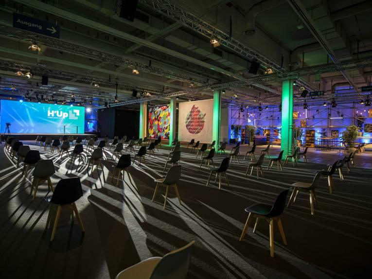 Halle mit zwei Bühnen und Stühlen