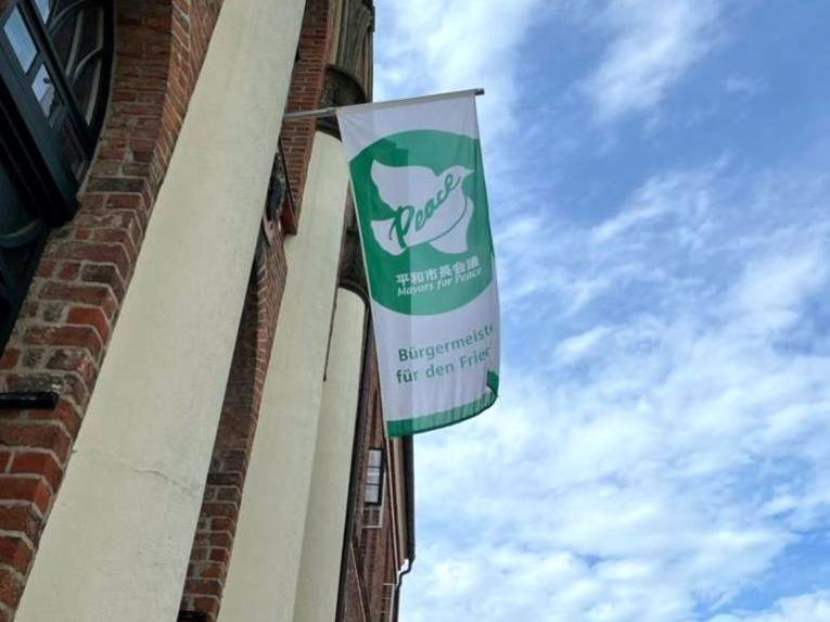"""Die """"Mayors for Peace""""-Flagge am Parchimer Rathaus als Zeichen für eine atomwaffenfreie Welt"""