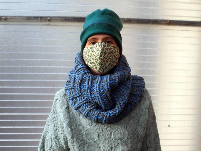 Person in einem Winteroutfit.