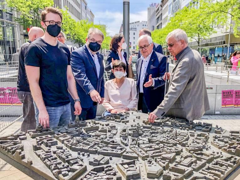 Fünf Personen an einem Modell der hannoverschen Innenstadt für Sehbehinderte