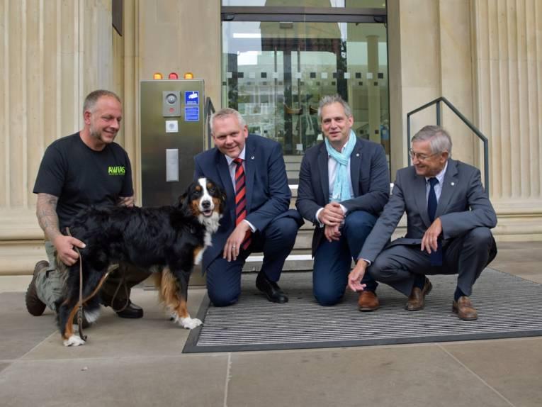 Vier Männer und ein Hund