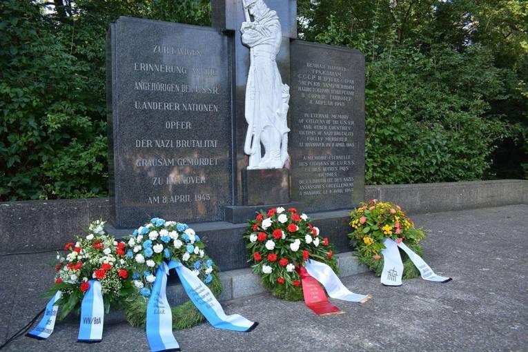 Kränze am Mahnmal auf dem Ehrenfriedhof