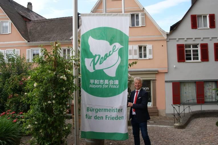 Oberbürgermeister Jürgen Kessing hisst die Mayors for Peace Flagge in Bietigheim-Bissingen