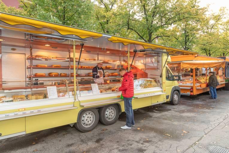 Ein Mann kauft Waren an einem Käsestand auf dem Wochenmarkt auf dem Schaperplatz in Kleefeld.