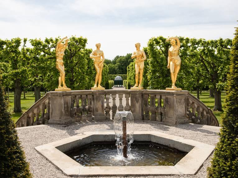 Brunnen/Brüstung mit Goldfiguren