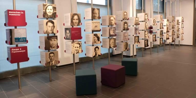Ansicht der Portraitwand im ZeitZentrum Zivilcourage