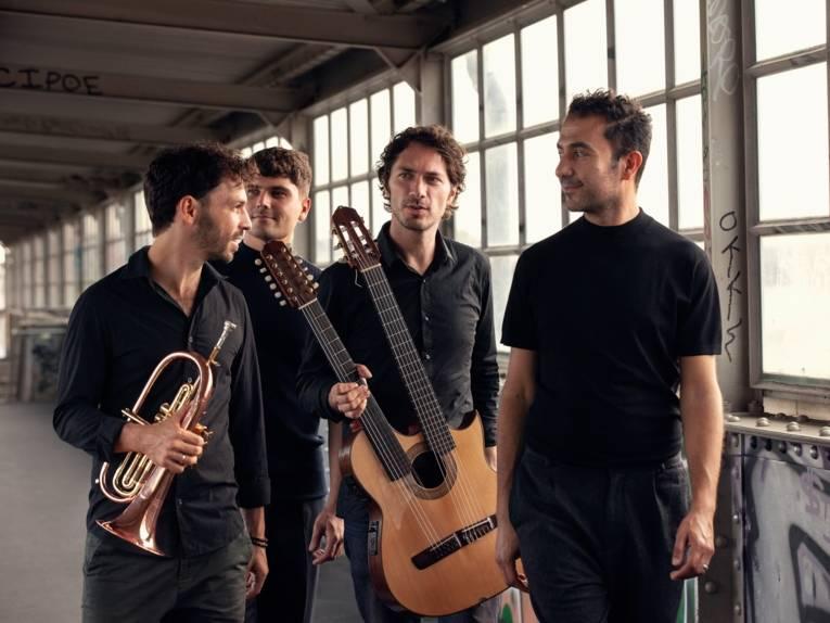 Die Band MASAA bestehend aus vier Männern mit Gitarre und Trompete