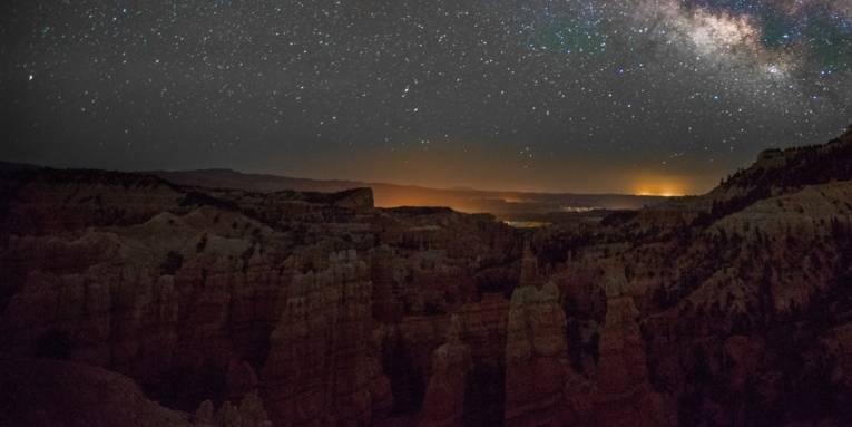 Sternenhimmel über einen Canyon