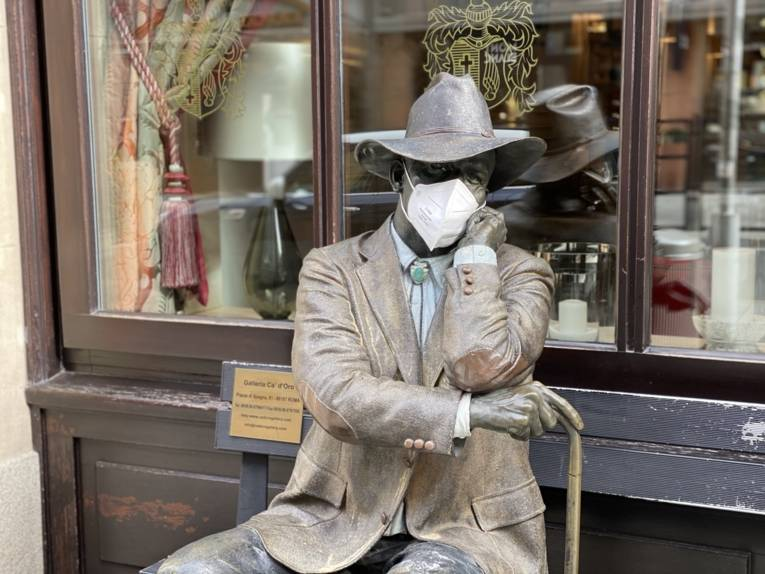 Männliche Skulptur mit Gesichtsmaske