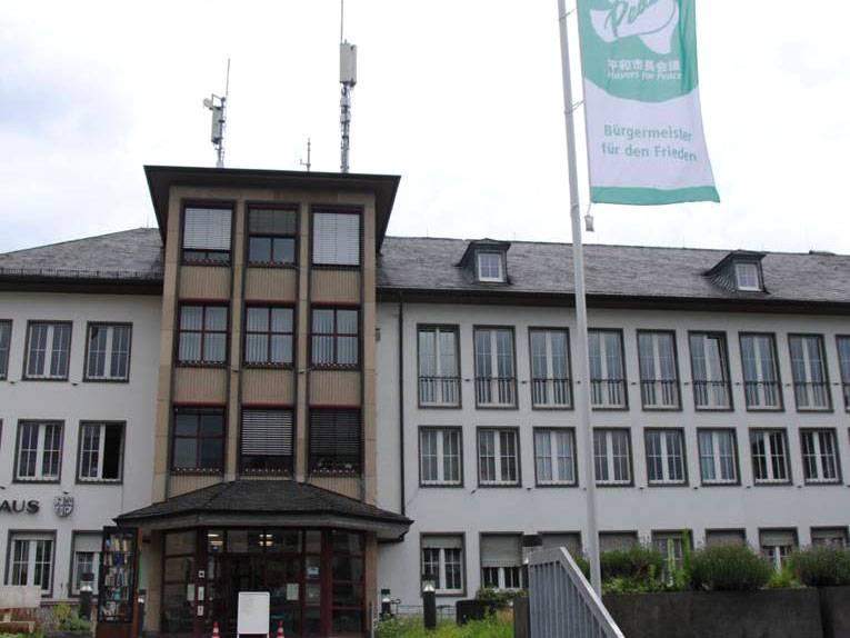 Die Mayors for Peace Flagge weht vor dem Rathaus in Mayen
