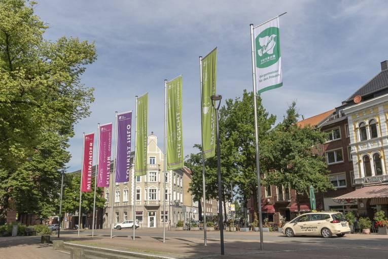 Die Friedensfahne weht vor dem Gladbecker Rathaus