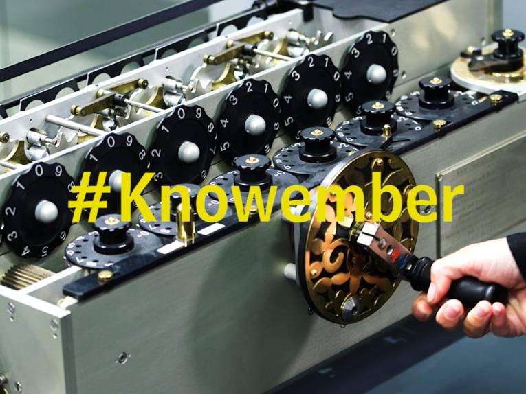Mechanische Maschine, auf dem Bild der Begriff: #Knowember