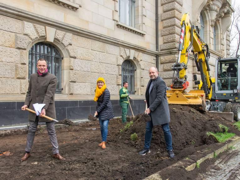 Drei Personen mit Schaufeln beim Graben.