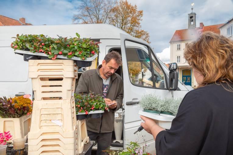 Blumenverkäufer auf dem Wochenmarkt Rübezahlplatz.