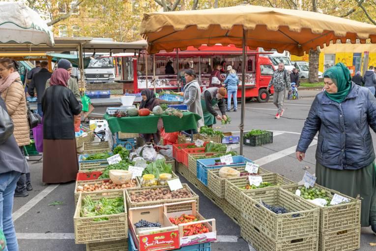 Gemüsestand auf dem Wochenmarkt Mitte.