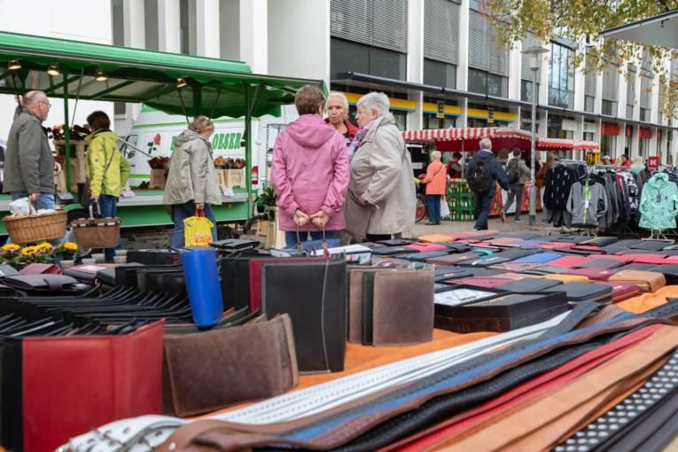 Frauen unterhalten sich auf dem Wochenmarkt Herrenhausen.