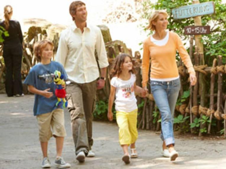 Eine Familie im Erlebnis-Zoo Hannover.