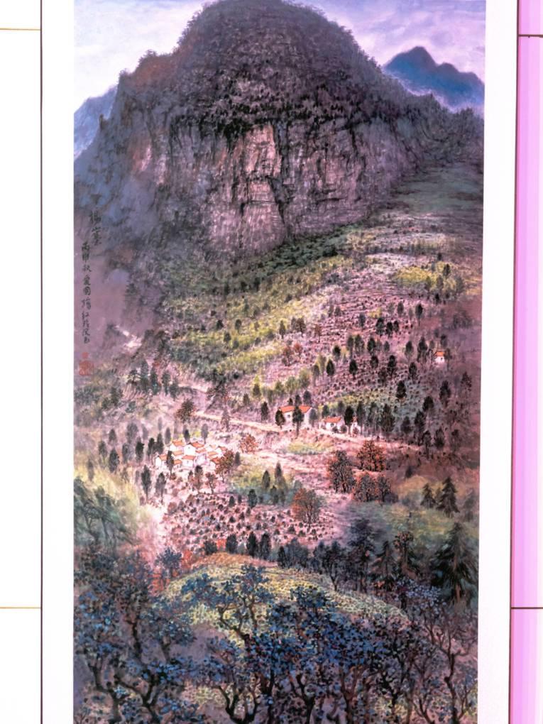 Das Bild zeigt eine karge, bergige Landschaft, es wachsen dünne, knorrige Bäume.