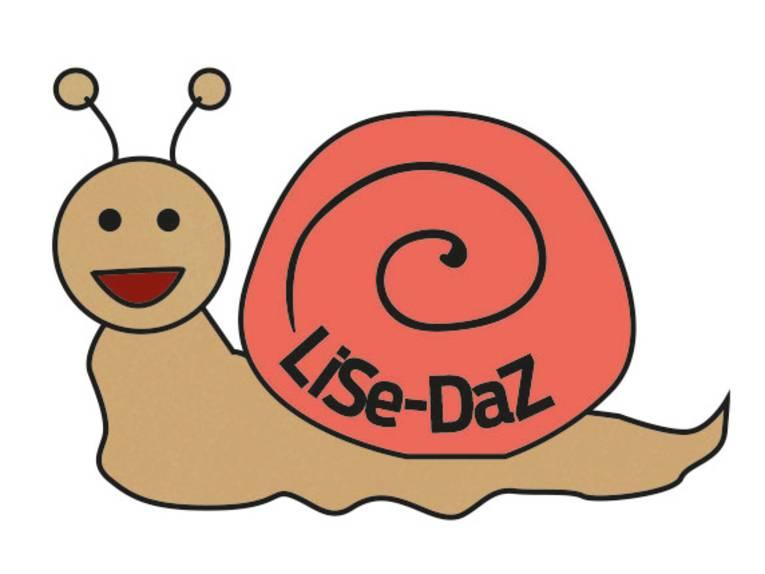 """Zeichnung: Eine Schnecke kriecht und schaut zum Betrachter. Auf dem Schneckenhäuschen steht """"LiSe-DaZ""""."""