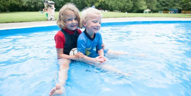 Zwei Kinder im Plantschbecken eines Freibades