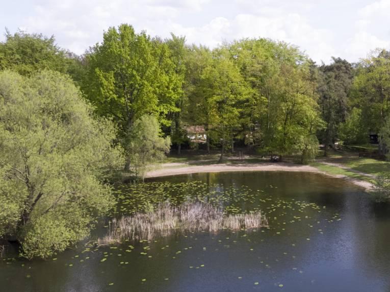 Luftaufnahme eines Natursees