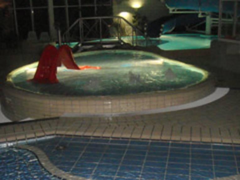 Becken im Hallenbad Burgdorf am Abend